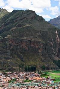 ต้นทางหุบเขาศักดิ์สิทธิ์ (Sacred Valley) ของชาวอินคา ภูเขาด้านหลังที่เหมือนทำเป็นนาขั้นบันได คือส่วนหนึ่งของปิซัค (Pisac) ถูกจินตนาการให้เป็นรูปร่างของแร้งคอนดอร์