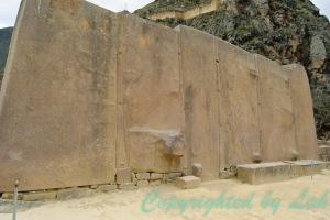 หินแกรนิตสีชมพูที่ถูกตัดมาตั้งเรียงเด่นเป็นสง่าอย่างน่าอัศจรรย์ บริเวณวิหารสุริยัน (Temple of the Sun)