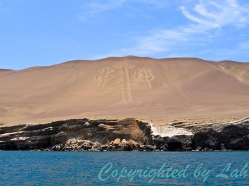 El Candelabro ลายเส้นรูปสามง่ามหรือเชิงเทียนขนาด 150 เมตรริมฝั่งทะเลปารากัส อีกหนึ่งปริศนาบนดินแดนทะเลทราย