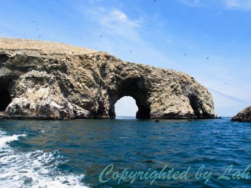 เวิ้งถ้ำส่วนหนึ่งของเกาะบัลเลซตัส ด้านบนเต็มไปด้วยฝูงนกทะเล