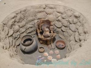 สภาพการฝั่งศพของมนุษย์โบราณที่จัดแสดงไว้ในพิพิธภัณฑ์ท้องถิ่นที่เมืองอิคา (Museo Regional de Ica)