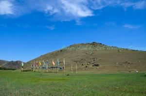 เนินรูปทรงปิระมิด เนินเขาศักดิ์สิทธิ์ของชาวพื้นเมืองเบอร์ยัค (Buryat) ชาวพื้นเมืองไซบีเรียแถบนี้
