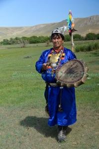 ชามานหรือหมอผีชาวเบอร์ยัคทำพิธีหน้าเสาไม้ศักดิ์สิทธิ์