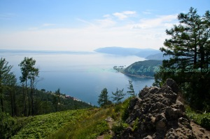 จุดชมวิวที่หินเชอร์สกี้ (Cherskiy Stone) มองเห็นทะเลสาบไบคาลกว้างใหญ่อยู่เบื้องล่าง