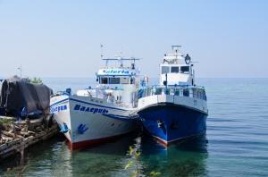 เรือสำรวจทะเลสาบไบคาลจอดเทียบท่าอยู่หน้าตัวเมือง