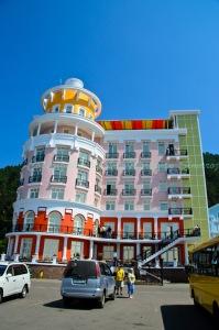 โรงแรมสีสันแปลกตาริมชายหาดเมืองลิสต์เวียนก้า
