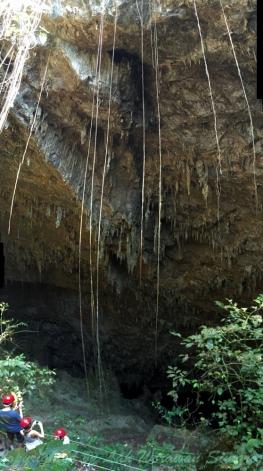 การลงไปชมทะเลสาบใต้ถ้ำต้องสวมหมวกกันน็อคและเดินลงบันไดประมาณ 300 ขั้น