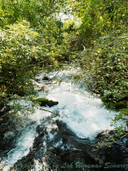 น้ำตกในห้วยระหว่างทางเดินในเทรลไป Rio de Prata