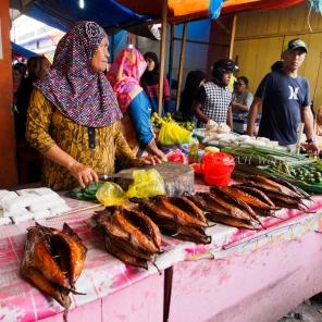 แม่ค้าขายปลาย่างที่หน้าตลาดกลางเมือง