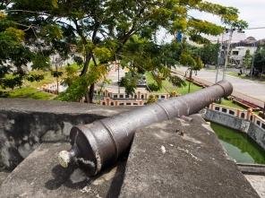 ปืนใหญ่บนป้อม Fort Oranje ตั้งแต่สมัยอาณานิคมและสงครามเครื่องเทศ