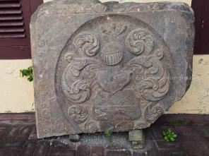 หินแกะสลักเป็นรูปอัศวินสวมเกราะตั้งอยู่หน้าตัวอาคารภายใน Fort Oranje