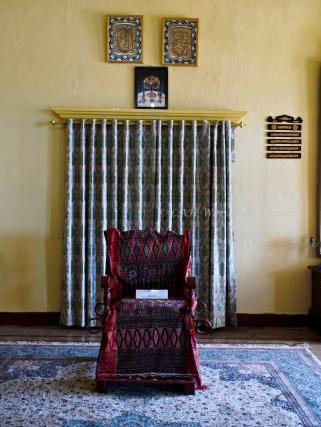 เก้าอี้ของสุลต่านที่ใช้ไม้มาสอดเป็นคานหามสำหรับออกพระราชพิธีได้